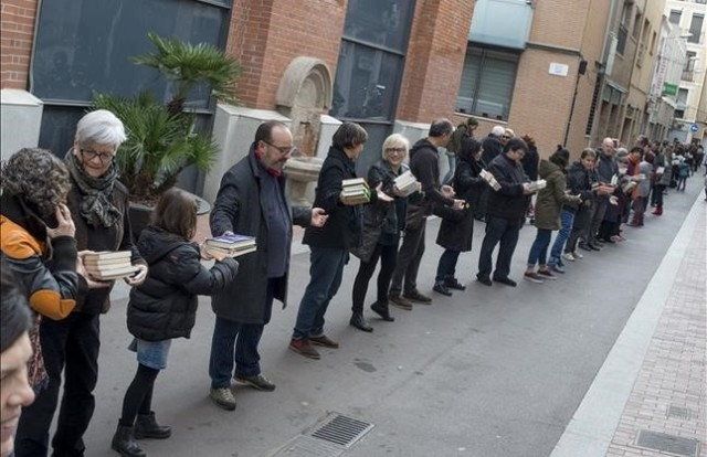 Barcelona 31 01 2016 Barceloneando Cadena humana para el traslado de los libros de la libreria Nollegiu en el Poble Nou a su nueva sede a una calle de la anterior de distancia Fotografia de Jordi Cotrina